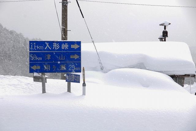 雪に埋もれる標識