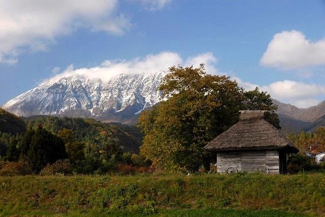大山とわら葺き小屋