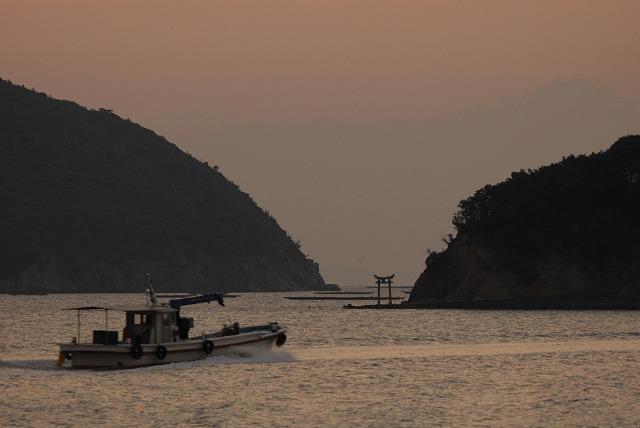 出漁する牡蠣船1