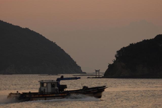出漁する牡蠣船2
