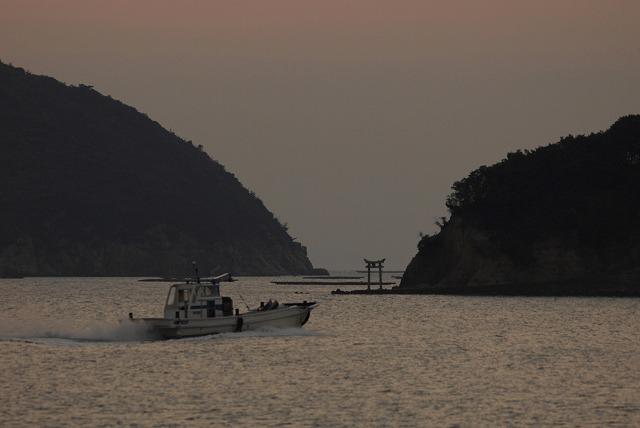 出漁する牡蠣船3