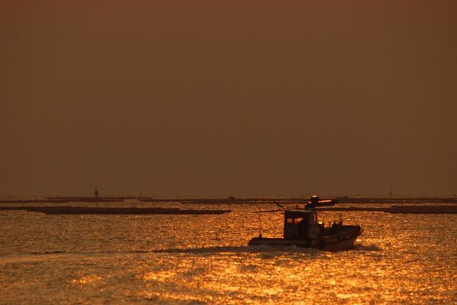 出漁する牡蠣船4