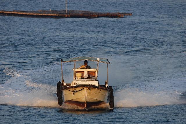 港から出て来る牡蠣船2