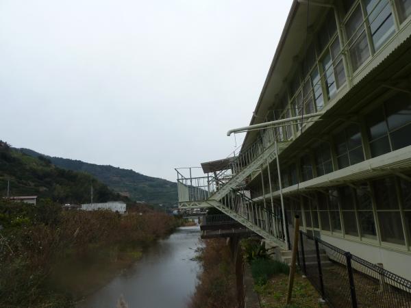 校舎と川9