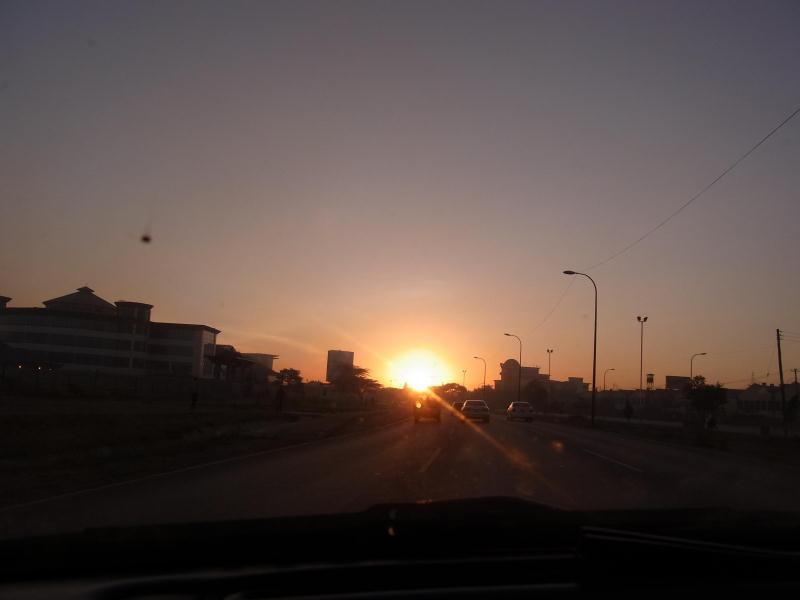 空港へ向かう途中の朝日
