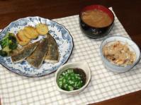 12/26 夕食 鯵のカレー風味ソテー、オクラもずく酢、もやしの味噌汁、きのこ炊き込みご飯