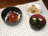 1/25 夕食 イクラ丼、じゃがいもとしめじの明太炒め、ネギとわかめの味噌汁