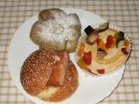4/5 昼食 エビカツバーガー、よもぎレーズンクリームパン、バーニャカウダ風パン