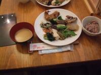 4/11 昼食 お惣菜類、黒米ご飯、なめこ味噌汁 (義母)  桃の花