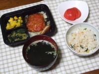 4/25 夕飯 チキンのトマトソース、さつま芋とかぼちゃのサラダ、小松菜のお浸し、トマト、わかめスープ、桜えびと菜の花の炊き込みご飯