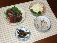 7/8 夕食 カツオのたたき、トマトとブロッコリーのタルタルサラダ、きゅうり漬、ひじきご飯