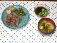 10/7 夕食 一口ステーキ、オクラもずく酢、ニラ玉味噌汁