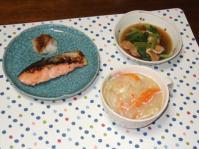 10/9 夕食 焼き鮭(塩麹漬)、油揚げと小松菜の煮びたし、餃子入り野菜スープ