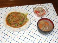 10/11 夕食 モツ野菜炒め、トマトと玉ねぎのサラダ、豚汁