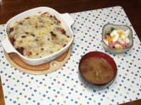 10/25 夕食 かぼちゃとチキン入りチリビーンズのチーズ焼き、ほうれん草のサラダ、大なめこの味噌汁
