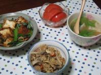 11/7 夕食 小松菜と厚揚げの桜えび炒め、ギョーザスープ、トマト、きのこの炊き込みご飯