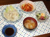 11/21 夕食 水餃子、トッポッギ、シーザーサラダ、白菜と油麩の味噌汁