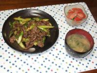 3/20 夕食 牛肉とアスパラのオイスター炒め、スナップえんどうとトマトのサラダ、水菜と油揚げの味噌汁