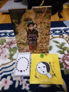 カレンダー、数珠、招福カエル、油取り紙