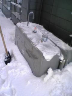 灯油タンクが雪の下
