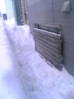 窓も雪の中