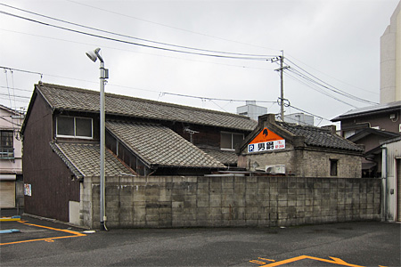 小倉北区黄金の鉱滓レンガ建築01