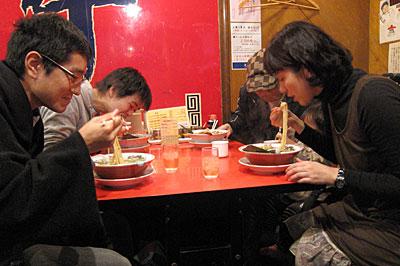 桃山御陵前駅高架下のラーメン屋01