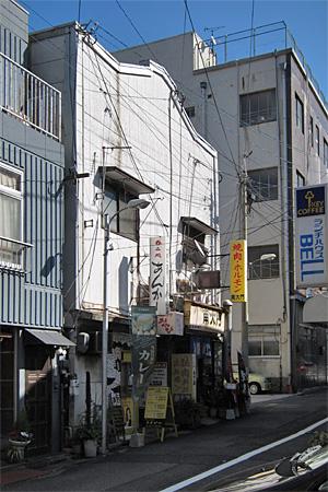 栄町の飲食店街01