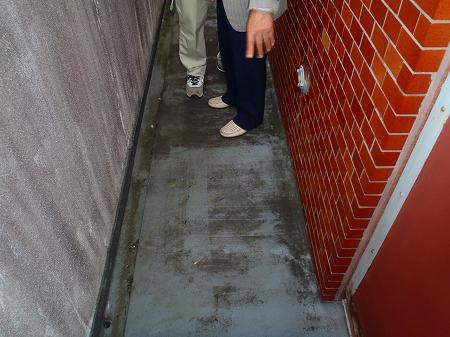04劣化したバルコニー床面のウレタン塗膜防水層
