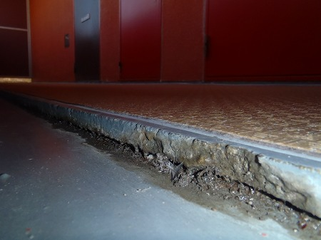 05廊下排水溝入隅部の亀裂