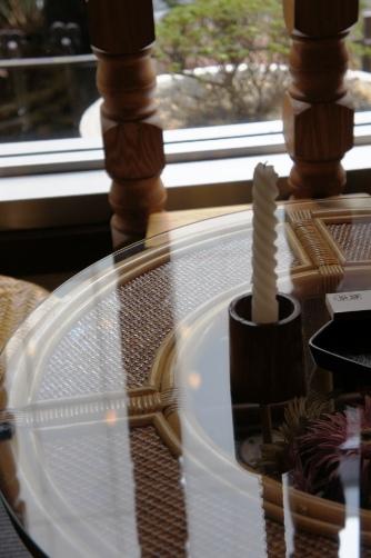 貴奈 窓際のテーブルとローソク