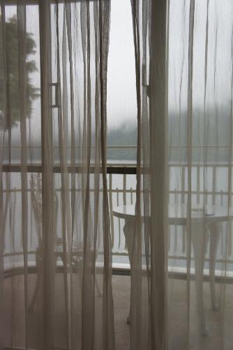 朝靄の窓外