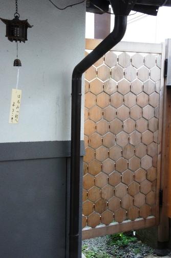 蜂の巣の木戸