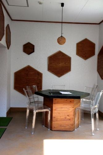 藤原養蜂場中庭のテーブル