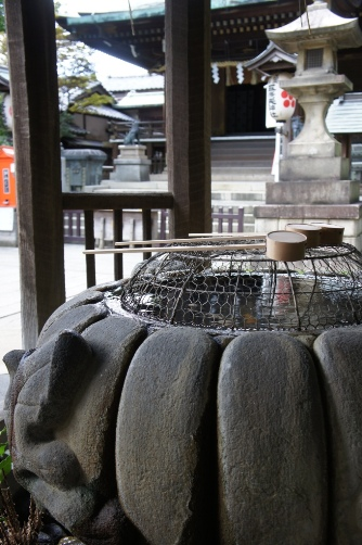 花園稲荷の手水鉢