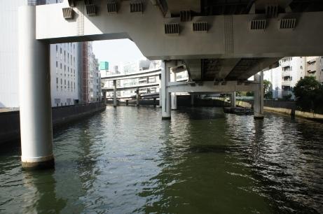 日本橋川を渡る