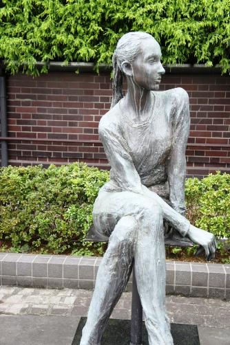 中央区役所・平和のニコラ像