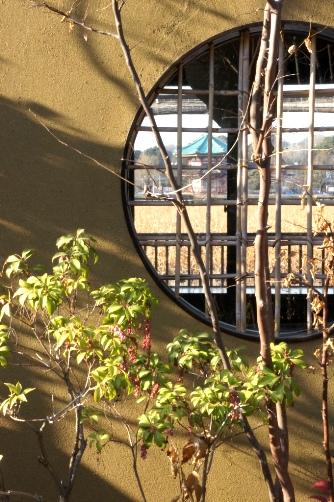 丸窓の向こうに弁天堂