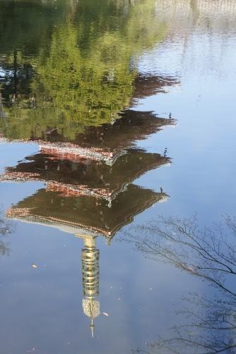 20120404伝法院池に写る五重塔