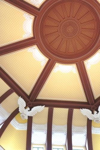201210東京駅・ドームの鳩