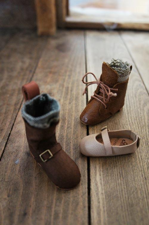 出来立てほやほやのミニチュア靴ですが、 これから少し改良を加えてアクセサリーに仕立てる予定♪