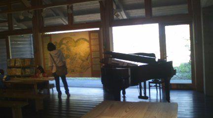 美術館コンサートピアノ