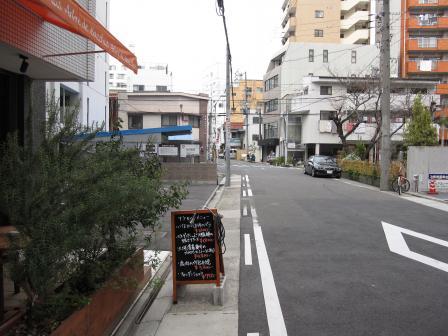 店の前の道