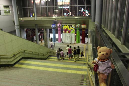 清水駅北口階段で