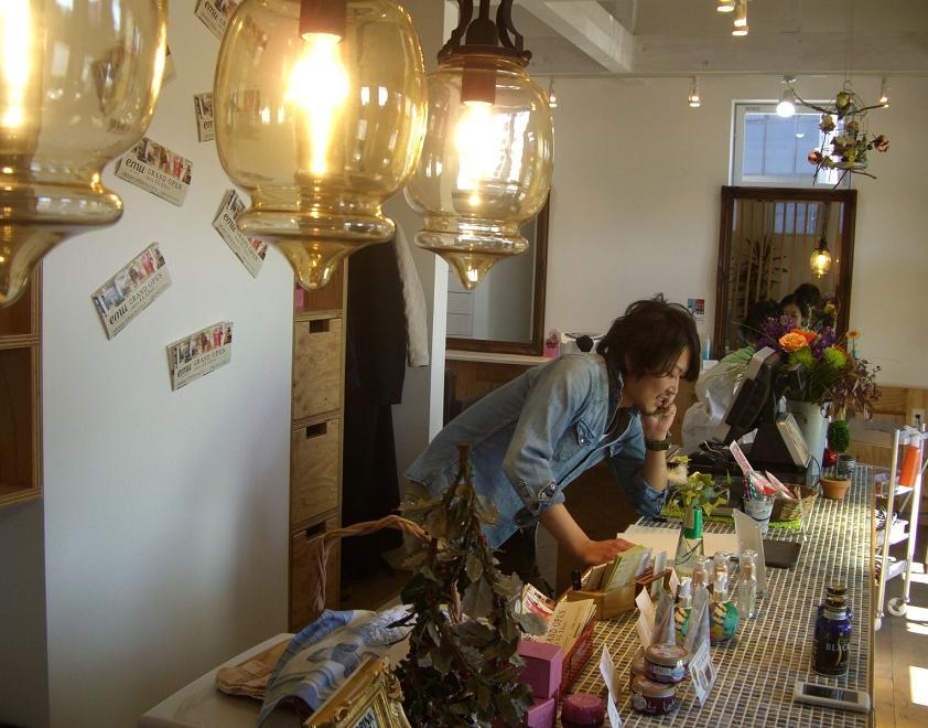 ん?甲府市にできたカフェ風美容院美容室店内の様子