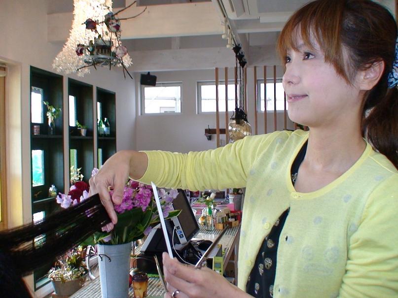 甲府市大里町のカフェ風ヘアーサロン美容院emuのお姉さん.JPG