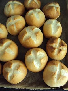 残りはいつもの丸パンで。
