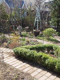 この静かな庭が…