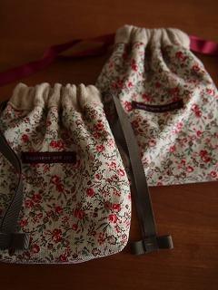 花柄コーデュロイの巾着も