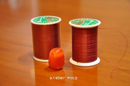 エンジ色の糸